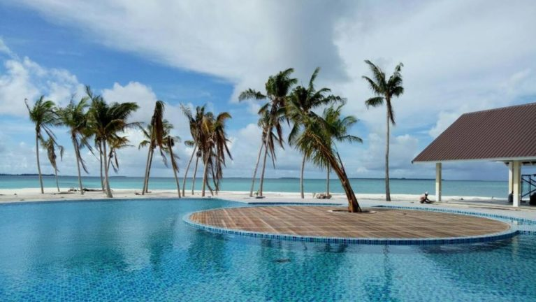 swimming pool at Hondaafudhi Island Resort